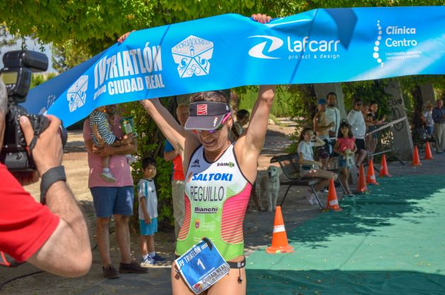 alba reguillo ganadora cuarto triatlon